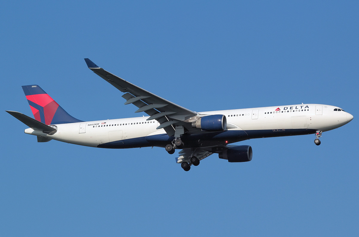 information systems on delta airlines Delta air lines resumed some flights monday morning, but thousands of passengers, including some at lax, remain stranded after an atlanta power outage shut down the computer system.