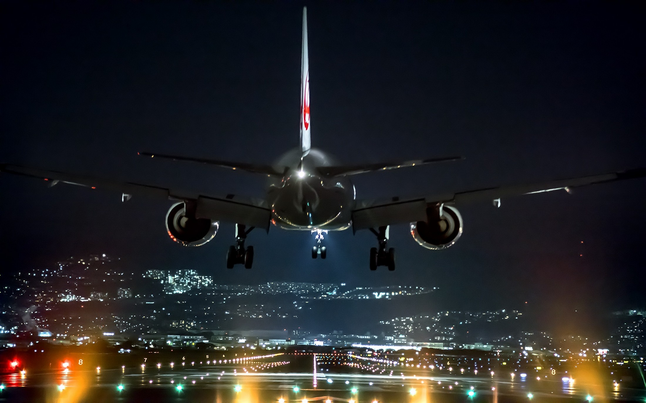 Pilot revealed the truth about night landing of the airplanes
