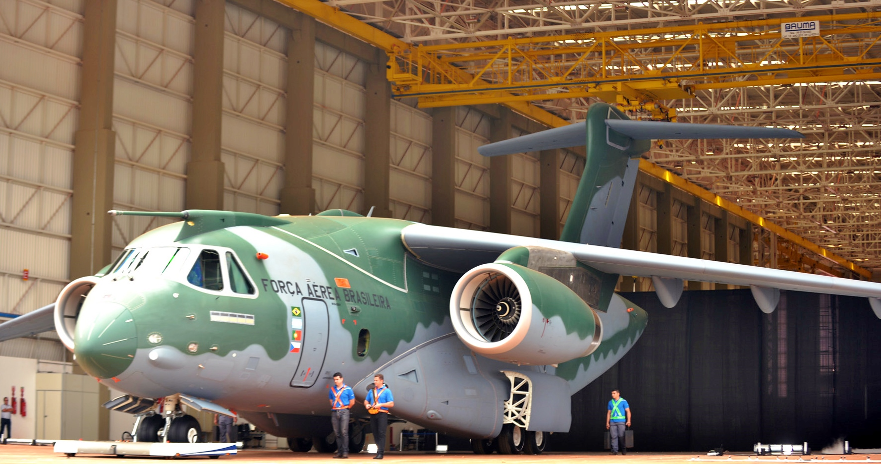 The heaviest Brazilian cargo airplane was tested by airdrop